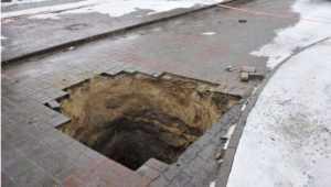 В Жуковке расследуют происшествие  с брянцем, провалившимся в канализацию