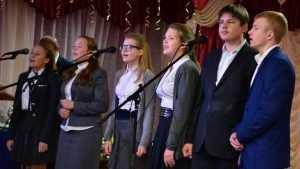 Брянские единороссы поздравили Глинищевскую гимназию №1 с 15-летием