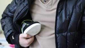 В торговом центре Брянска поймали похитителей ботинок