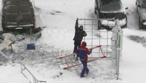 В «Речном» околотке Брянска суровые мужи под снегом изваяли спортплощадку