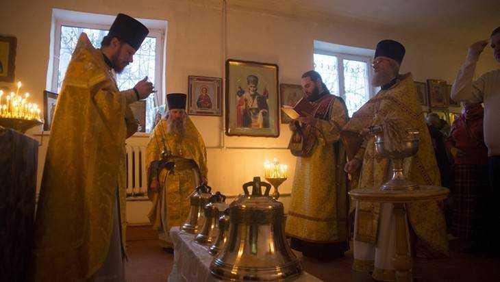 В брянском храме освятили колокола для звонницы