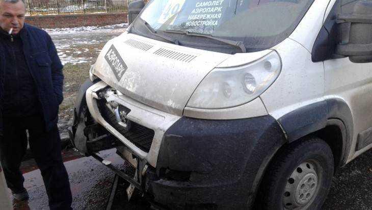В Брянске столкнулись маршрутки и легковушка – ранены четыре женщины