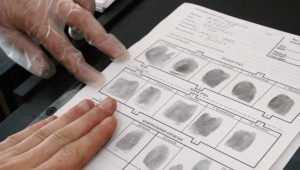 Брянскую женщину оштрафовали за отказ от сдачи отпечатков пальцев