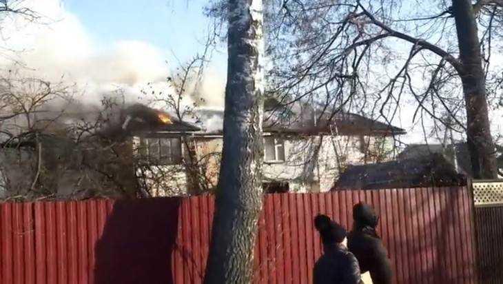 В Брянске пожарные через затор едва смогли пробиться к горевшему дому