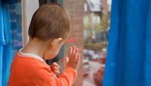 Брянская женщина ответит за гибель выпавшего из окна малыша
