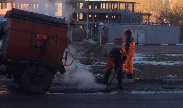 Запрет губернатора не помешал брянским дорожникам бросать асфальт на лед