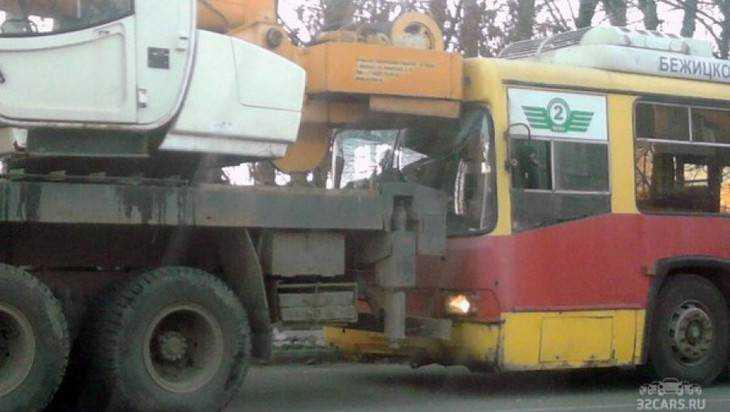 В Брянске столкнулись троллейбус и автокран