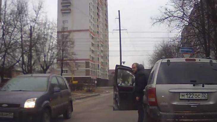 Брянский водитель, перекрывший дорогу «Джипом», попал в объектив камеры