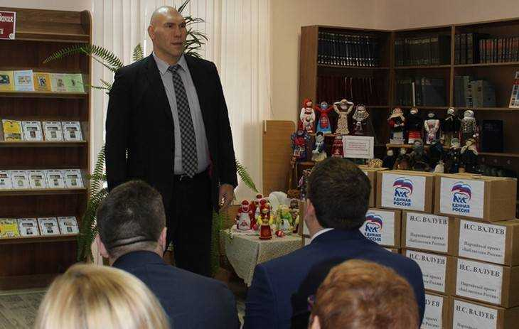 Николай Валуев передал более тысячи книг почепской библиотеке