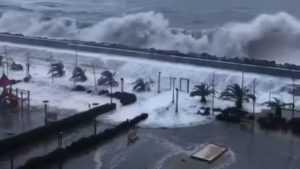 Сочинские гостиницы и элитные дома захлестнули гигантские волны