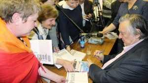 Брянцы получили автограф на «Губернаторе» Александра Проханова
