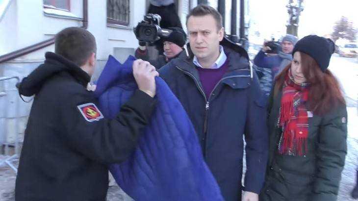 От Навального потребовали вывернуть карманы