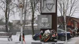 Брянские водители превратили в парковку мемориал героям войны