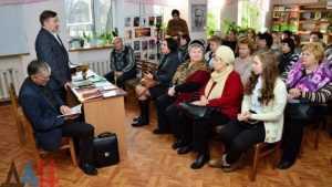 Брянский поэт подарил донецкой библиотеке книги