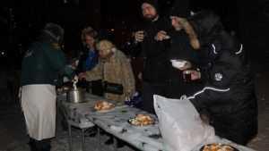 В Брянске ночью у собора прихожане подкрепились гречневой кашей и чаем