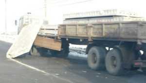 В Брянске грузовик потерял бетонные плиты на путепроводе