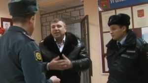 В сети опубликовали видео стычки адвоката Лунькова и брянской полиции