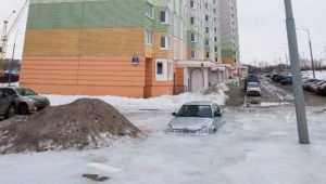 Закованный льдом автомобиль выпилили спасатели