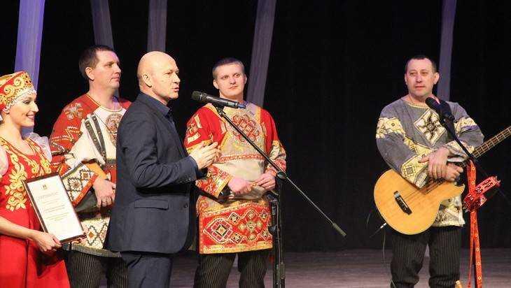 Ансамбль «Ватага» одарил брянцев песнями и получил подарок от губернатора