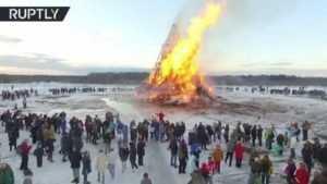 Беспилотник снял горящую 20-метровую Масленицу