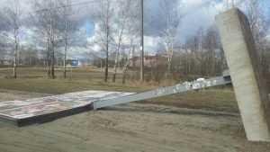 В Брянске между школой и футбольной площадкой рухнул рекламный щит