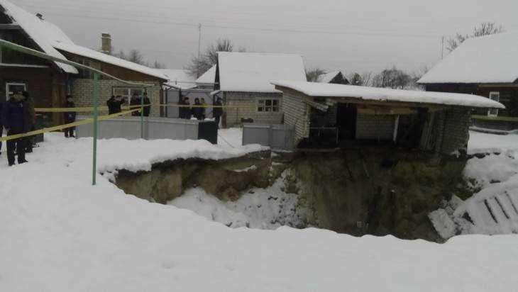 Пострадавшим вследствие провала в брянском поселке Вышков дали жилье