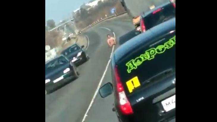 В сети появилось видео с голым мужчиной на трассе под Брянском