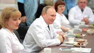 Владимир Путин в Брянске пообещал помочь с жильем медикам
