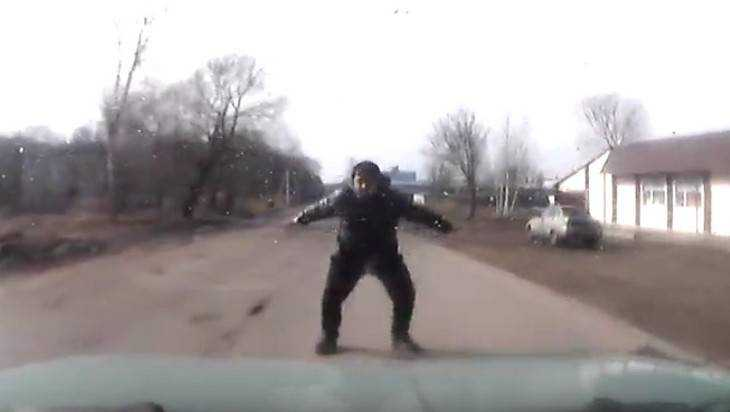 Опубликовано видео о бросавшемся под машину брянце