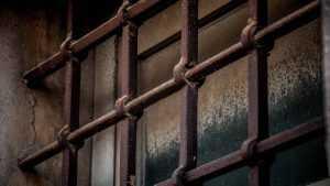 Брянского рецидивиста отправили в колонию за избиение полицейского