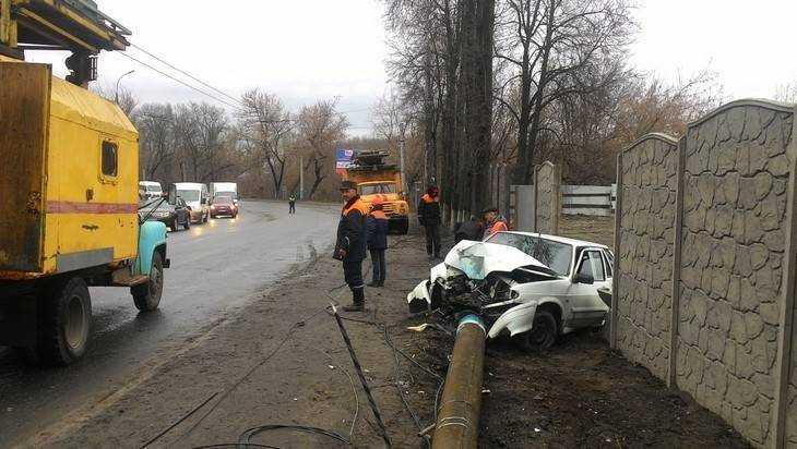 В Брянске водитель легковушки снес столб и обесточил троллейбусную линию
