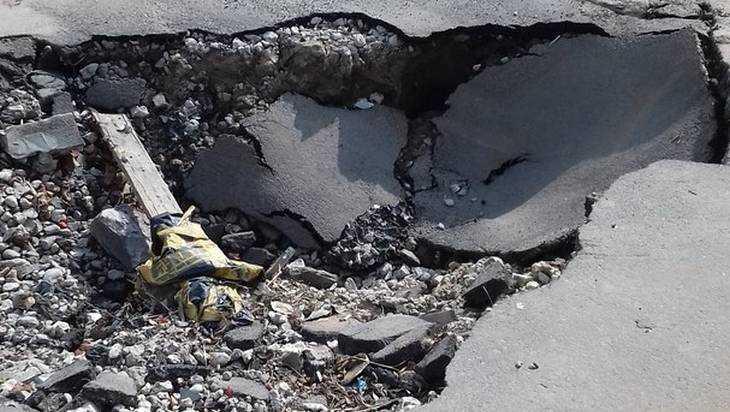 В Брянске асфальт провалился под носом у чиновников администрации