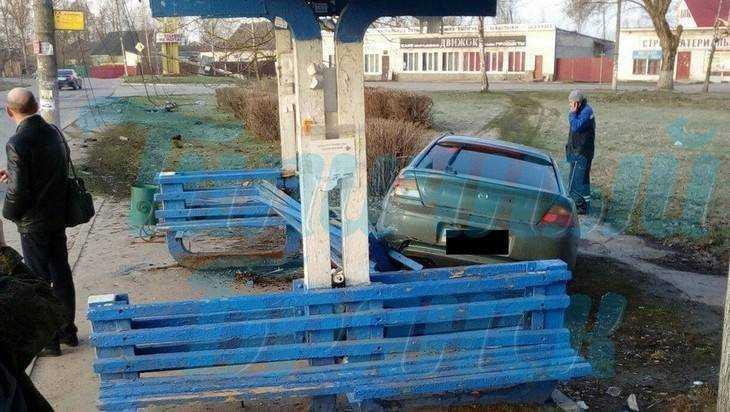 В Брянске на Лесопарковой водитель «Мазды» снес столб и остановку