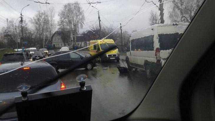 В Брянске 6 человек пострадали при столкновении маршрутки 36 и «Рено»