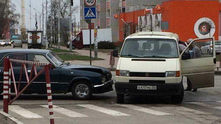 В Брянске у диагностического центра столкнулись «Волга» и микроавтобус