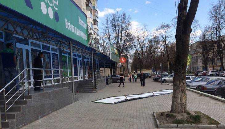 В Брянске сорванная ветром вывеска кафе Subway рухнула на тротуар