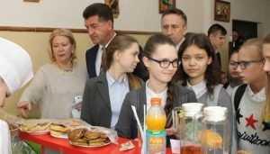 Главе Брянска рассказали, как гимназистов потчуют на 7 рублей