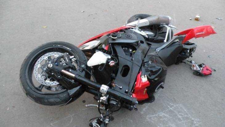 Брянский мотоциклист сломал палец, врезавшись в легковушку