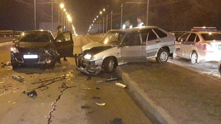 В Брянске пьяный водитель на путепроводе разбил три автомобиля