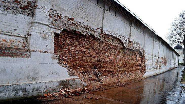 В Брянске обвалилась часть стены древнего Свенского монастыря