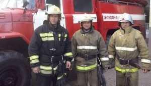 В Брянске пожарные спасли из огня двоих детей и старика