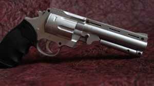 Отправлен под суд брянец, напавший с револьвером на дилинговый центр