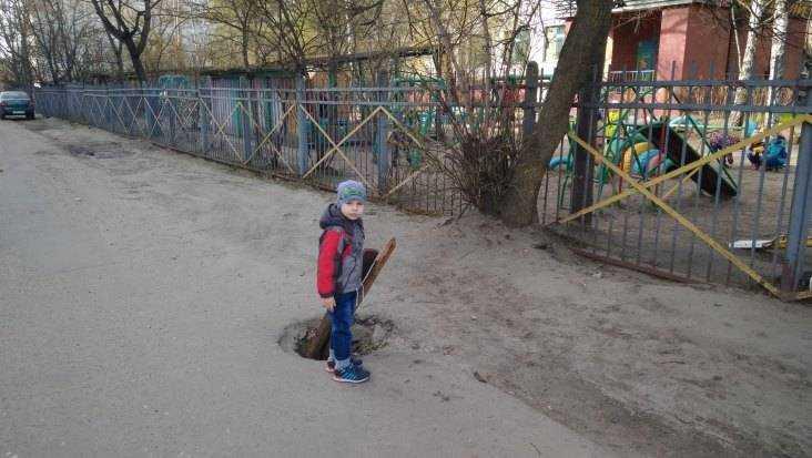 Возле детсада Брянска провалился асфальт и образовалась опасная яма