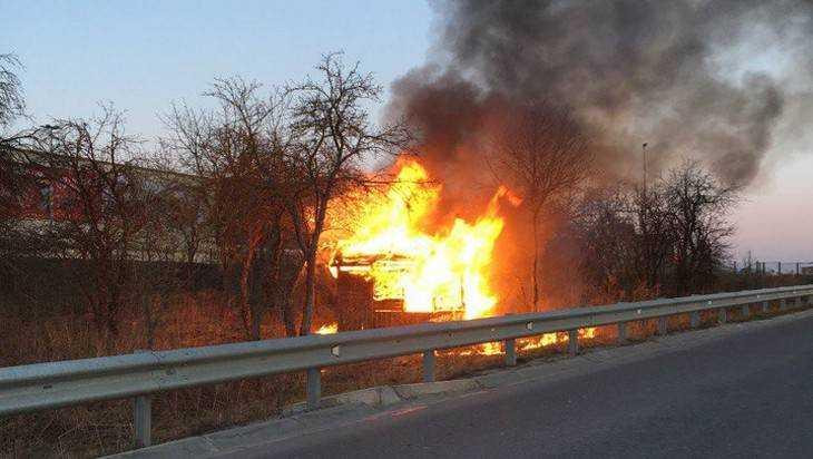 Возле «Аэропарка» в Брянске сгорел заброшенный дом