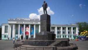 В Бежицком районе Брянска коммунисты под дождём поклонились Ленину