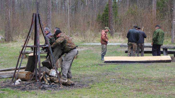 Брянские чиновники привели в порядок партизанскую стоянку Виноградова