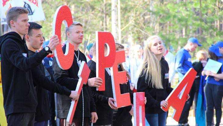 В Брянском лагере открылся молодежный фестиваль «Под облаками»