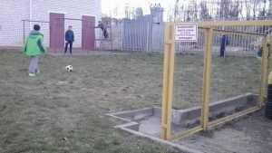 Брянских детей вынудили гонять мяч около опасного газового оборудования