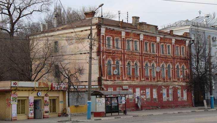 В Брянске историческое здание захватили гастарбайтеры и бомжи