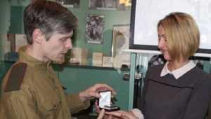 Меценат передал брянскому музею зажигалку советского генерала
